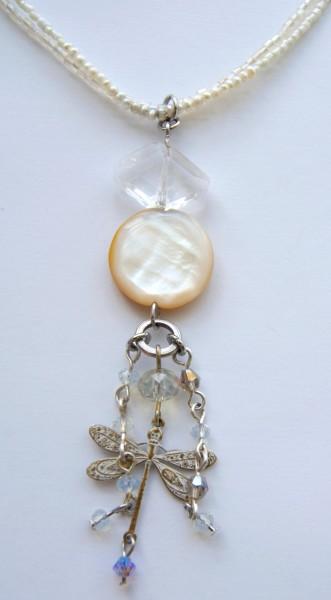 Halskette Cremeweiß Bergkristall-Perlmutt-Libelle